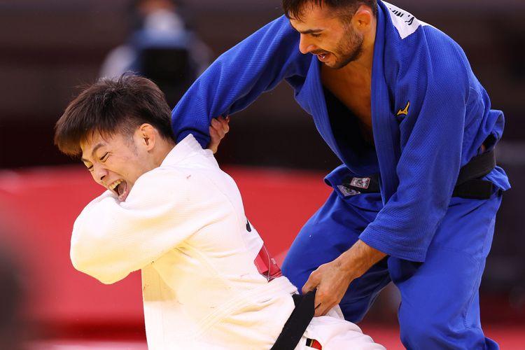 決勝でジョージアのバジャ・マルグベラシビリを攻める阿部一二三=25日、日本武道館(納冨康撮影)