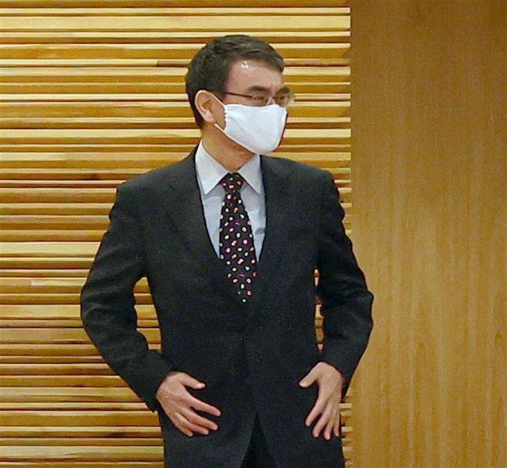 閣議に臨む河野太郎行政改革担当相=30日午前、首相官邸(春名中撮影)