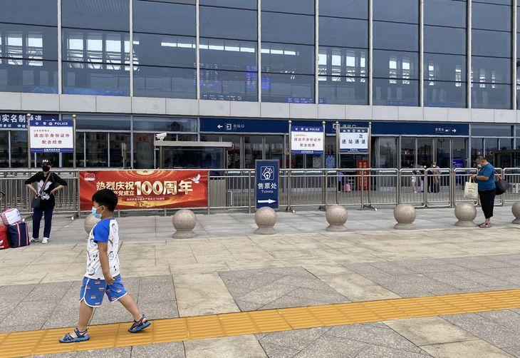 29日、中国河北省北戴河の鉄道駅。観光客の姿が目立つ駅前には、多数の制服と私服の警察官が配置されていた(三塚聖平撮影)