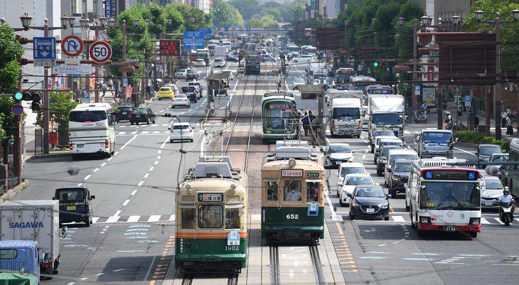 広島市中心部を走る被爆電車(右)と元京都市電の車両(左)=広島市中区