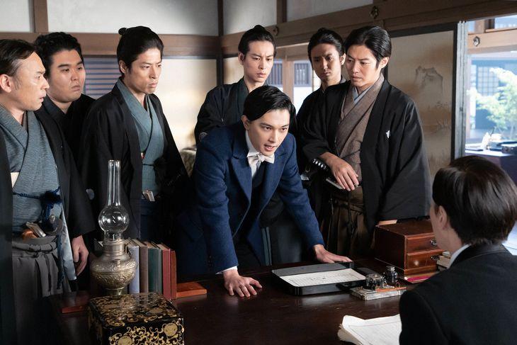 栄一(吉沢亮、中央)と大隈(大倉孝二、後ろ姿) (C)NHK