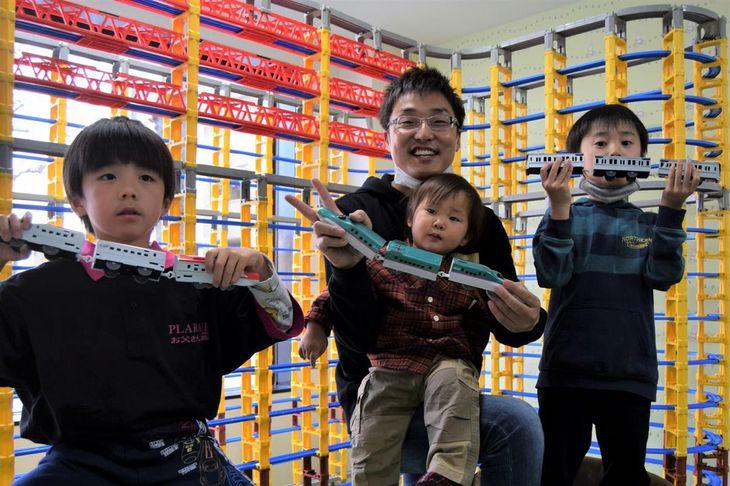 親子でプラレールを楽しんでほしいと話す佐藤充泰さん(江田隆一撮影)