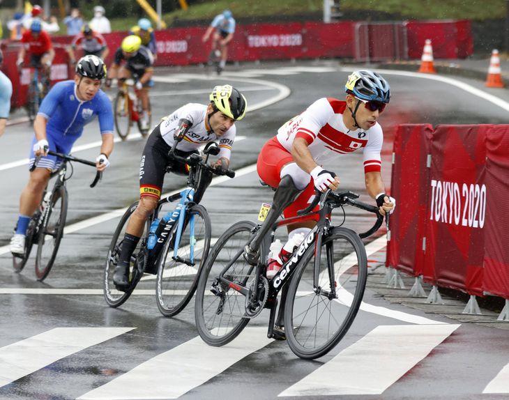 男子個人ロードレース(運動機能障害C1~3) 力走する藤田征樹(右)=静岡県小山町