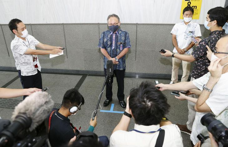 沖縄県議選から一夜明け、報道陣の取材に応じる玉城デニー知事=8日午前、沖縄県庁