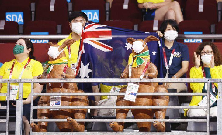 ゴールボールの試合でオーストラリア選手に声援を送るマスク姿の関係者…ではなく、カンガルーでした。まるで本物のようなパスを首から下げてマスクも着用とは芸が細かいですね。