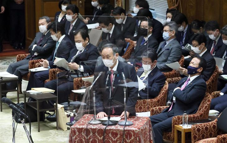 衆院予算委員会で答弁する菅義偉首相=2日午前、衆院第1委員室(春名中撮影)