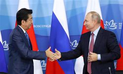 共同記者発表後、握手する安倍晋三首相とロシアのウラジーミル・プーチン大統領=10日、ロシア・ウラジオストク(古厩正樹撮影)