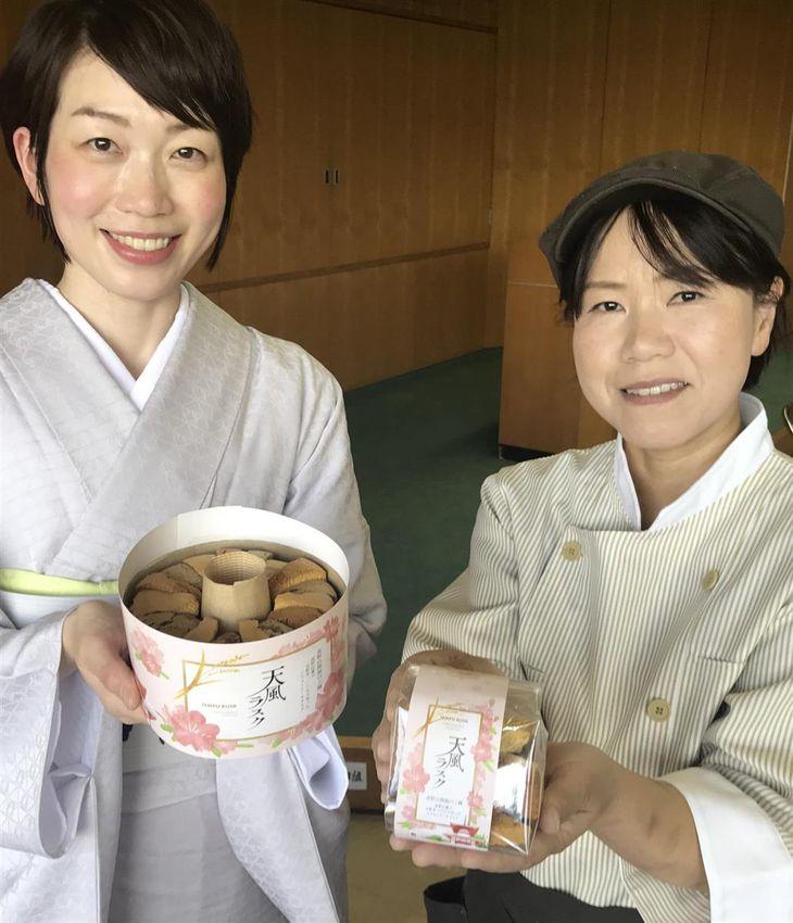 「天風ラスク」を創作した「一の橋観光センター」の馬場麻美さん(左)と「結Musubi」の平野貴代さん