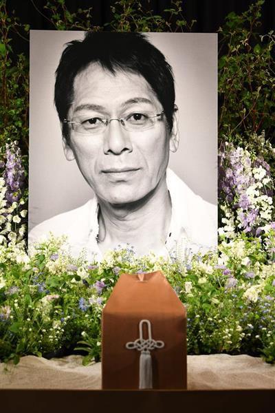 報道陣に公開された、祭壇に飾られた大杉漣さんの遺影=14日、東京都港区の青山斎場(寺河内美奈撮影)