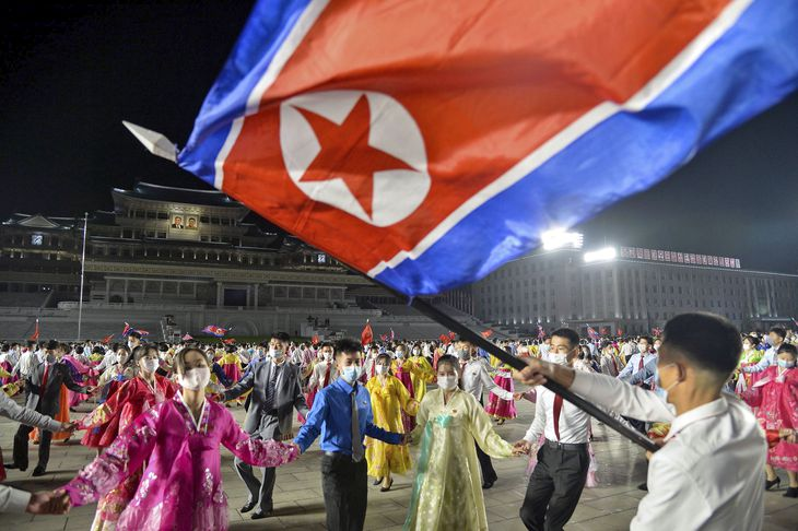 朝鮮労働党創建76年を祝い、平壌の金日成広場で行われた舞踏会=10日(共同)