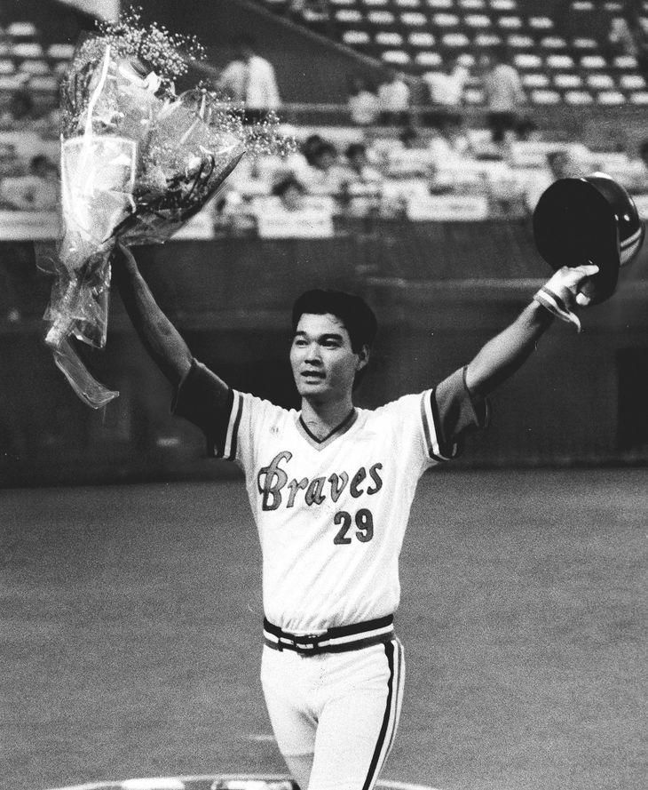 56試合連続出塁の日本新記録を達成。花束を掲げてファンに応える石嶺=1986年7月25日、西宮球場