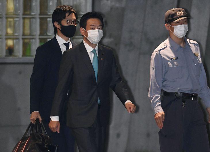 東京拘置所を出る衆院議員秋元司被告(中央)=7日午後10時45分、東京・小菅