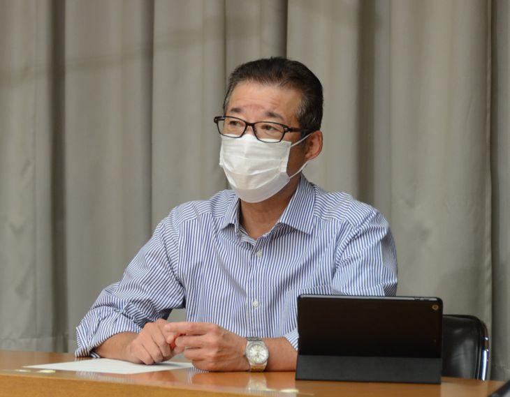 市立小中学校の給食費の無償化について、来年度も継続する考えを明らかにした松井一郎・大阪市長=9日、大阪市役所