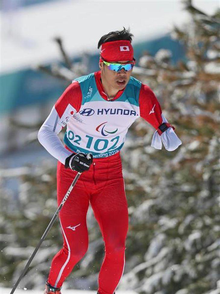 スキー距離男子10キロクラシカル立位で力走する新田佳。2大会ぶりに金メダルを獲得した =アルペンシア・バイアスロンセンター(桐原正道撮影)