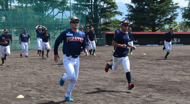 ランニングでウォームアップする選手たち=松山市の「ひめぎんグラウンド」