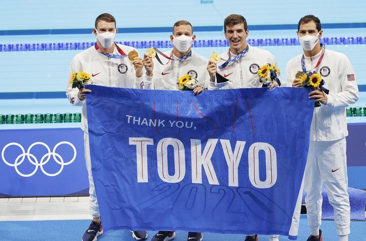 男子400メートルメドレーリレーを世界新で優勝し「THANK YOU TOKYO」と書かれた横断幕を掲げる米国=東京アクアティクスセンター