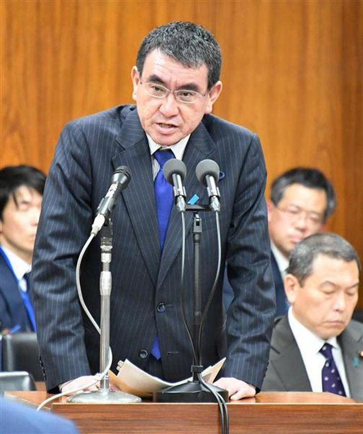 答弁する河野太郎外相=2日午後、衆院第12委員室(斎藤良雄撮影)