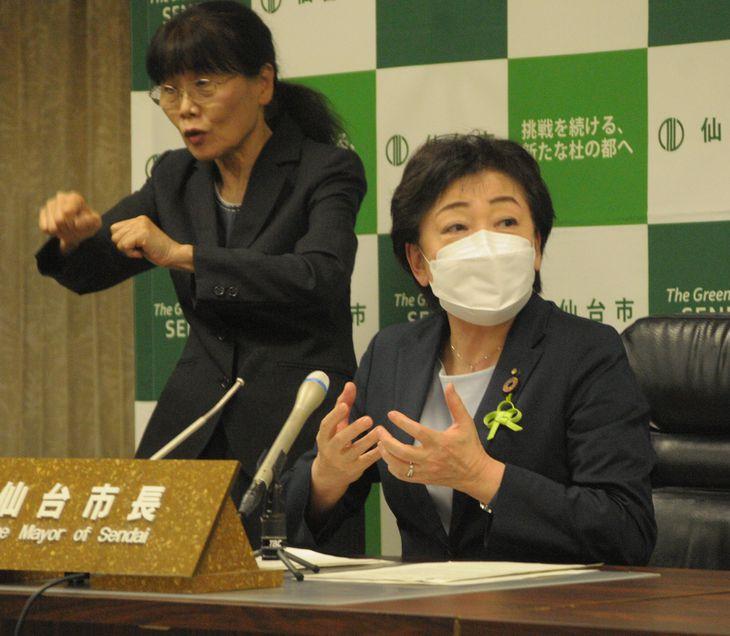 定例会見で、仙台市のガス事業民営化について見解を述べる郡和子市長=8日、同市役所(石崎慶一撮影)