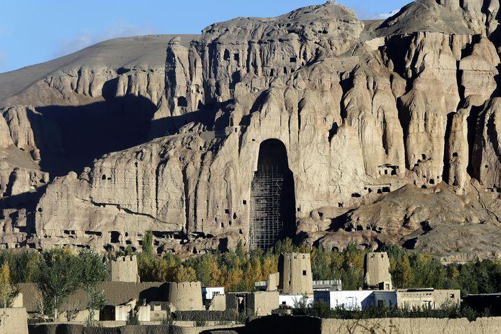 アフガニスタンのバーミヤン遺跡。中央にある崖のくぼみに、西大仏が収められていた(共同)