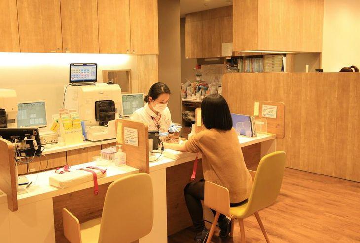 「献血ルームMEET」で、献血を行う女性=23日午後、水戸市宮町(永井大輔撮影)