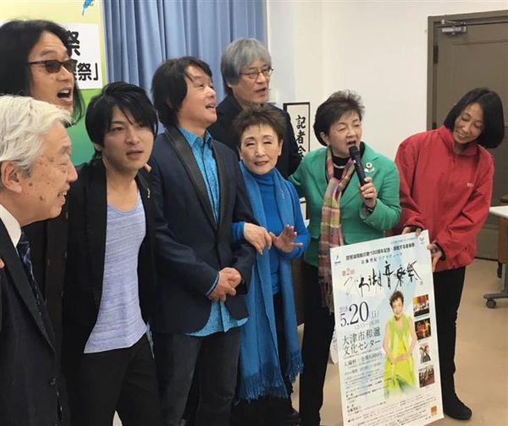 記者会見で琵琶湖周航の歌を熱唱する加藤登紀子さん(中央)ら=滋賀県庁