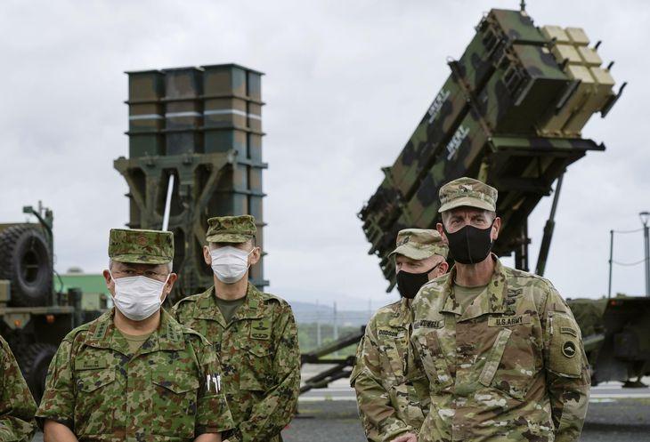 陸上自衛隊の吉田陸上幕僚長(左端)と、在日米陸軍のバウル司令官(右端)は現地で記者会見に応じた=1日午後、鹿児島県奄美市