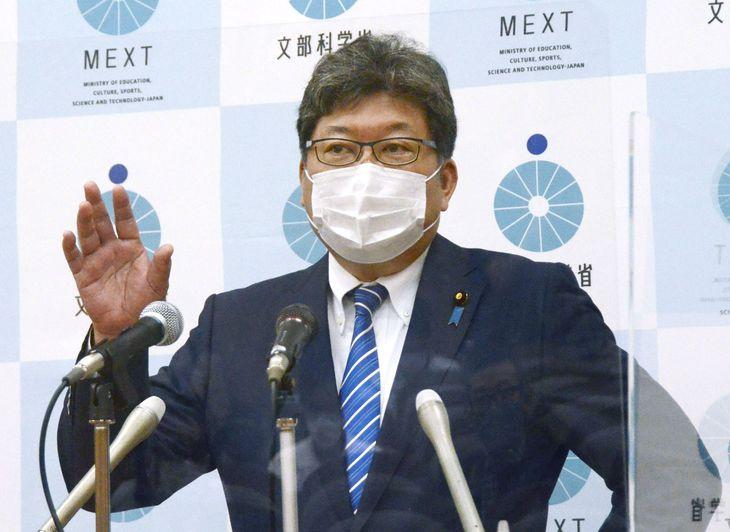 記者会見する萩生田文科相=11日午前、文科省
