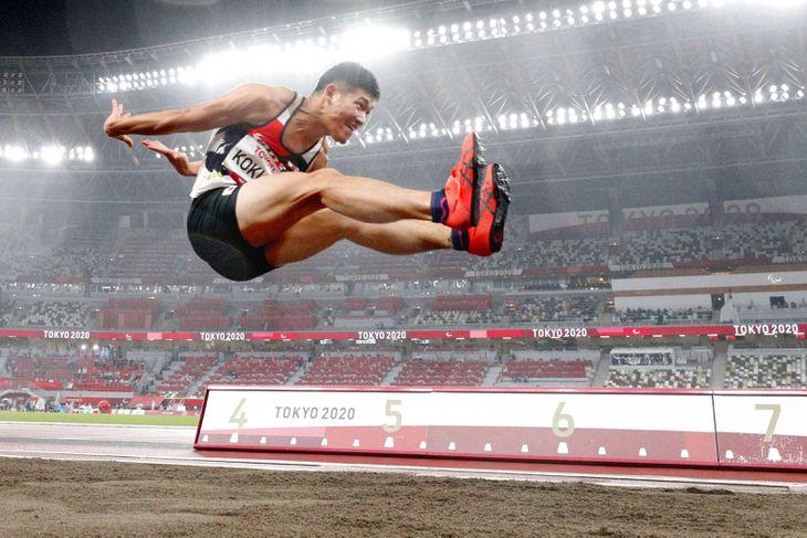 男子走り幅跳び(知的障害) 7メートル01で4位の小久保寛太=国立競技場