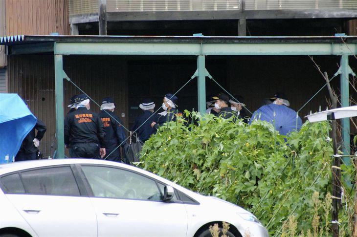 女子高生の遺体が見つかった住宅周辺を調べる捜査員=10日午後4時56分、福井市