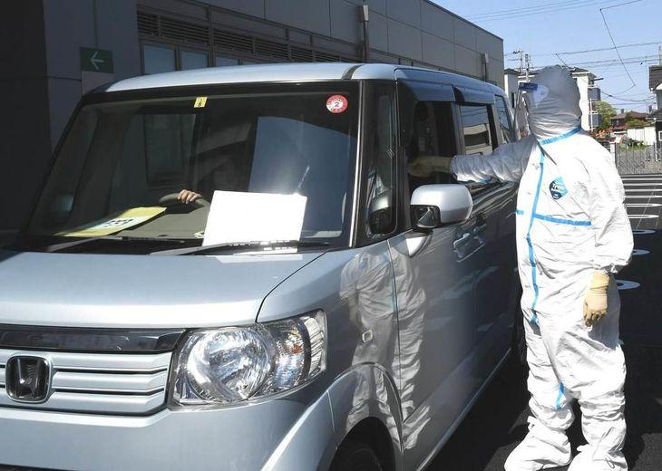 埼玉県越谷市医師会によって行われている「ドライブスルー方式」での検体採取=埼玉県越谷市(同市提供)