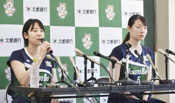 記者会見するバドミントン女子ダブルスの永原和可那(左)と松本麻佑=11日午後、秋田市