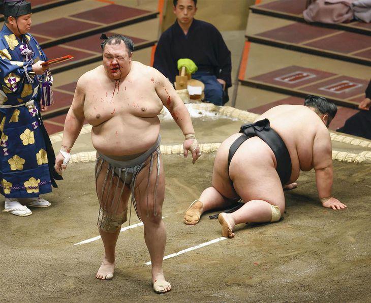 貴景勝(右)を突き落としで破った北勝富士=両国国技館