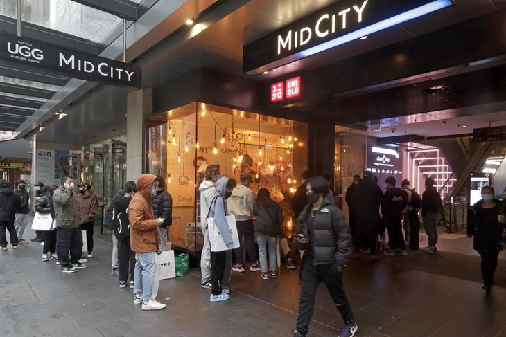 11日、オーストラリア・シドニーで店の前にできた行列(AP=共同)