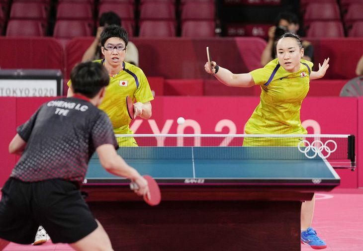 卓球の混合ダブルス準決勝で、台湾組と対戦する水谷隼(奥左)、伊藤美誠組=東京体育館
