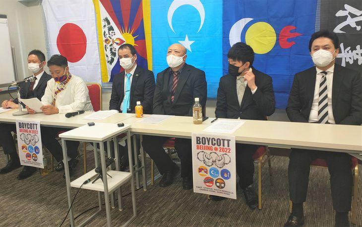 人権弾圧下の北京冬季五輪の開催に抗議する在日チベット人コミュニティーの小原カルデン氏(左から2人目)ら=2月4日、東京・銀座(奥原慎平撮影)