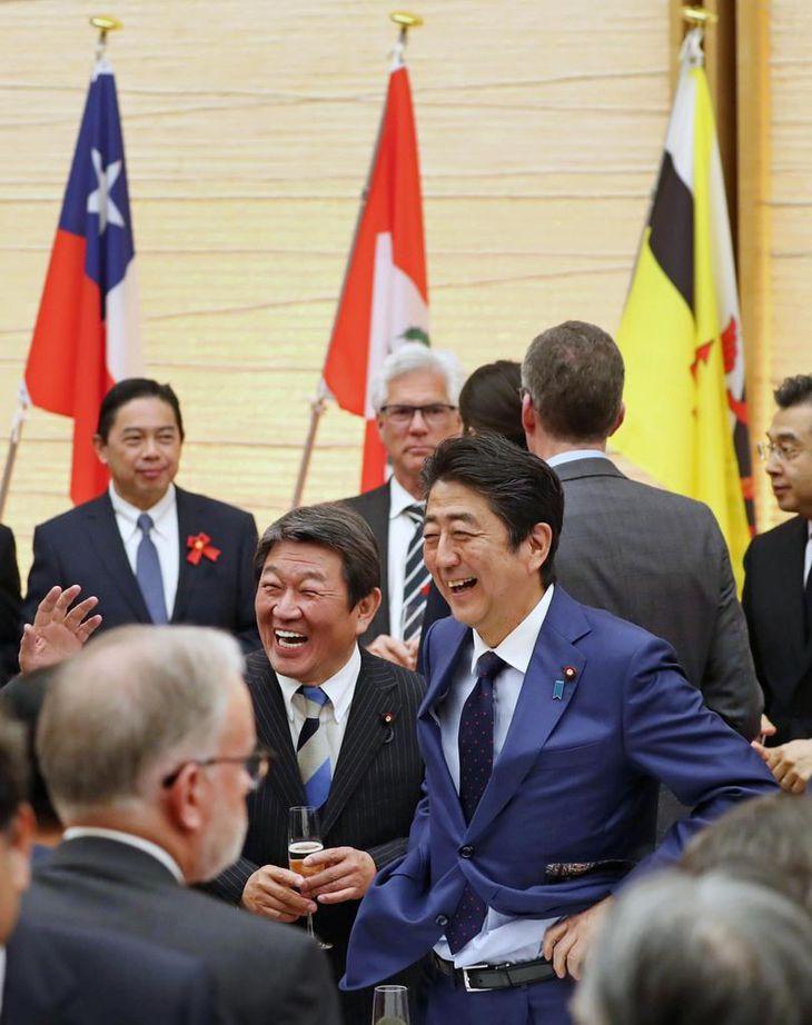 TPP協定発効記念式典で各国の関係者と談笑する安倍晋三首相(中央右)と茂木敏充経済再生担当相(同左)=19日午後、首相官邸(桐山弘太撮影)