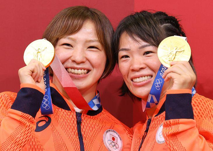 女子レスリングで姉妹で金メダルを獲得した(左から)川井友香子、川井梨紗子=5日、幕張メッセ(納冨康撮影)