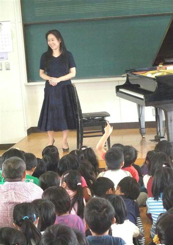 宮城県石巻市を訪れ、小学生にピアノ演奏とお話を届ける=平成23年6月14日