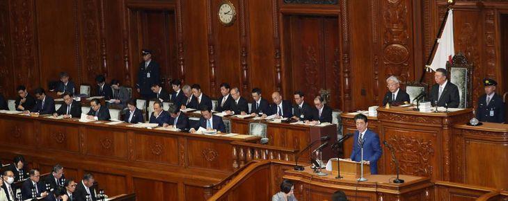 衆院本会議で施政方針演説を行う安倍晋三首相=20日午後、国会(春名中撮影)