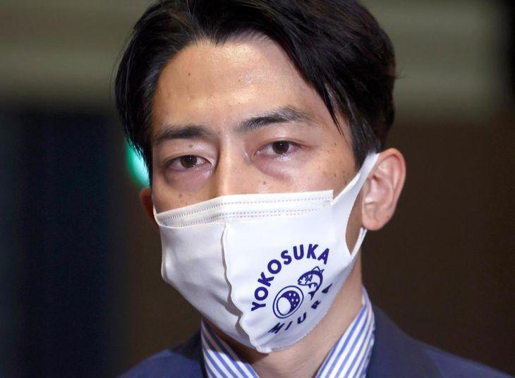 目を潤ませて取材に応じる進次郎氏