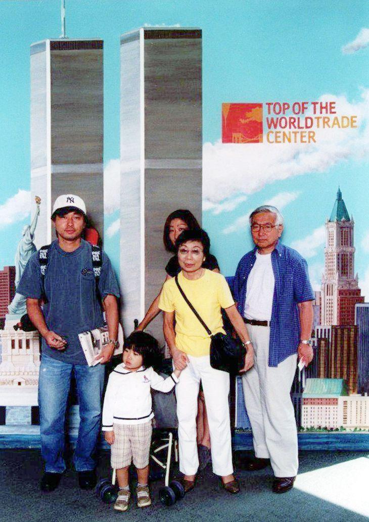 米中枢同時テロの約2カ月前、住山一貞さん(右端)が杉山陽一さん(左端)ら家族と世界貿易センタービルで撮った集合写真=2001年7月4日(住山さん提供)