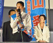 新潟県知事選 街頭演説で支持を訴える米山隆一氏と民進党の蓮舫代表(右)=14日、新潟市中央区