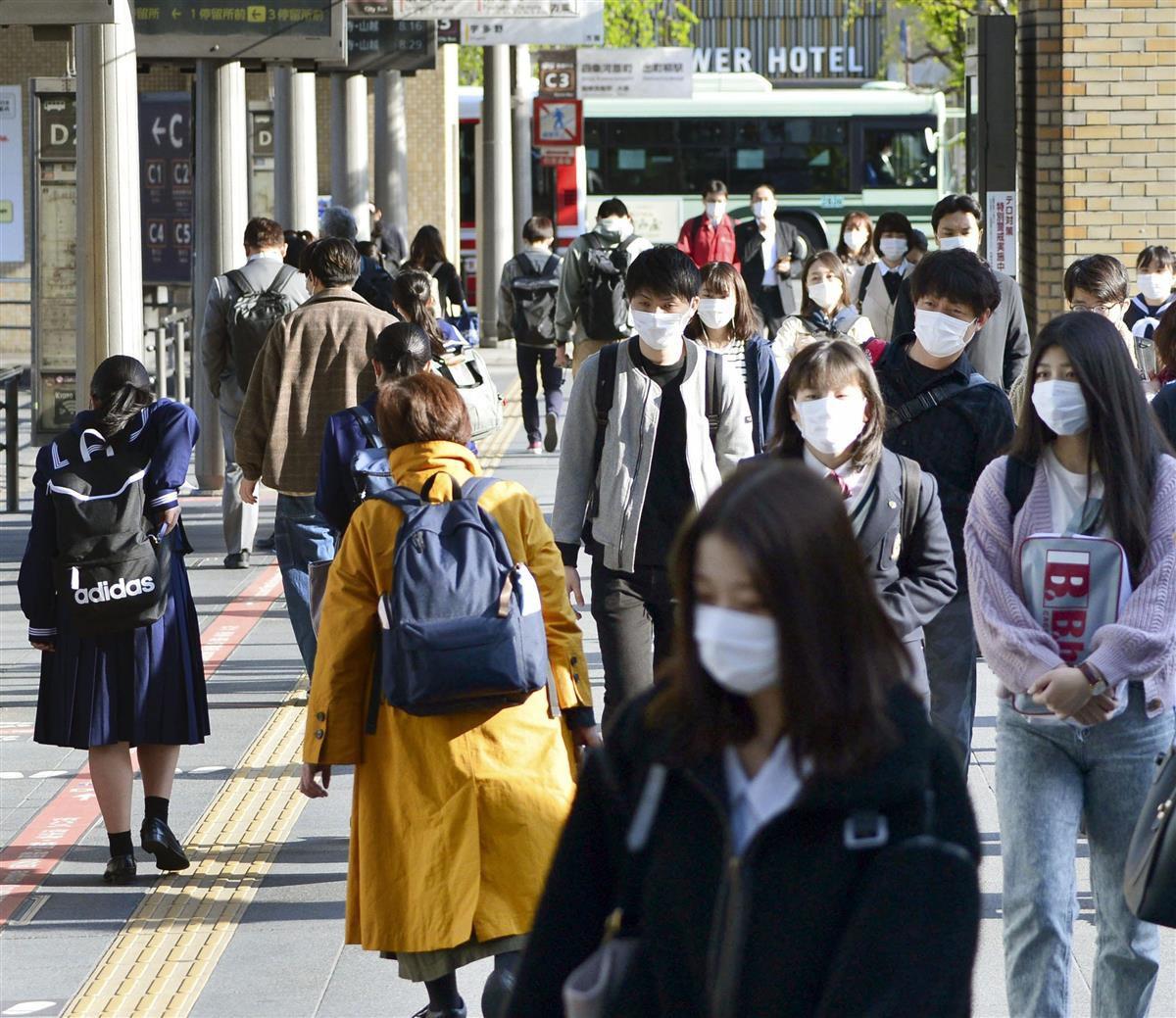 「まん延防止等重点措置」が始まったJR京都駅前を行き交う人たち=12日午前7時43分